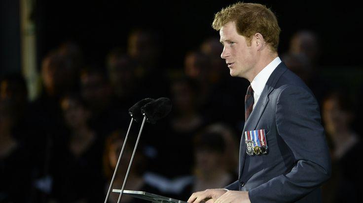 """De Britse prins Harry heeft voor het eerst openhartig gepraat over de zware periode na de dood van prinses Diana. De 32-jarige Harry heeft pas na twintig jaar professionele hulp gezocht om de dood van zijn moeder beter te kunnen verwerken. Dat zegt hij in een interviewmet de krant The Daily Telegraph. Prinses Diana kwam in 1997 om het leven bij een auto-ongeluk in Parijs. Harry was toen pas 12 jaar oud.Harry vertelt dat """"zijn hoofd in het zand steken"""" zijn manier was om met de trag..."""