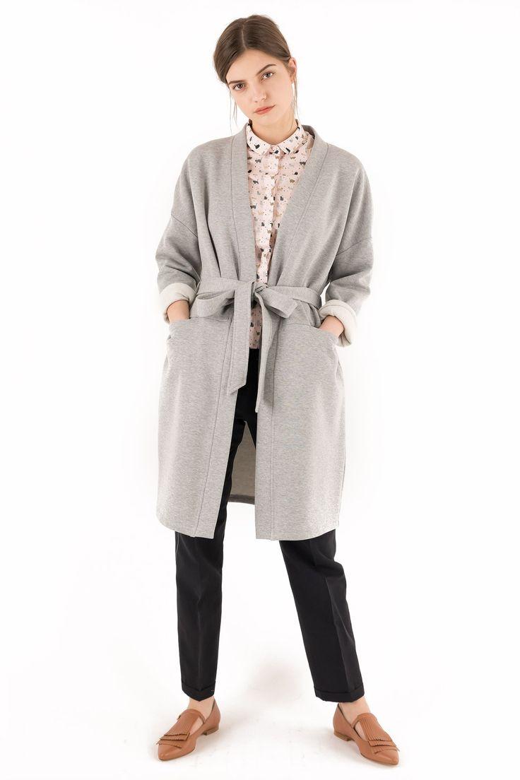 Soprabito kimono in felpa grigio chiaro. Composizione: 100% cotone. Lunghezza: 100 cm. Lavare separatamente a mano in acqua fredda, senza ammollo, asciugare su superficie piana (disteso). La modella indossa la taglia 42/S. Fatto con cura in Italia.
