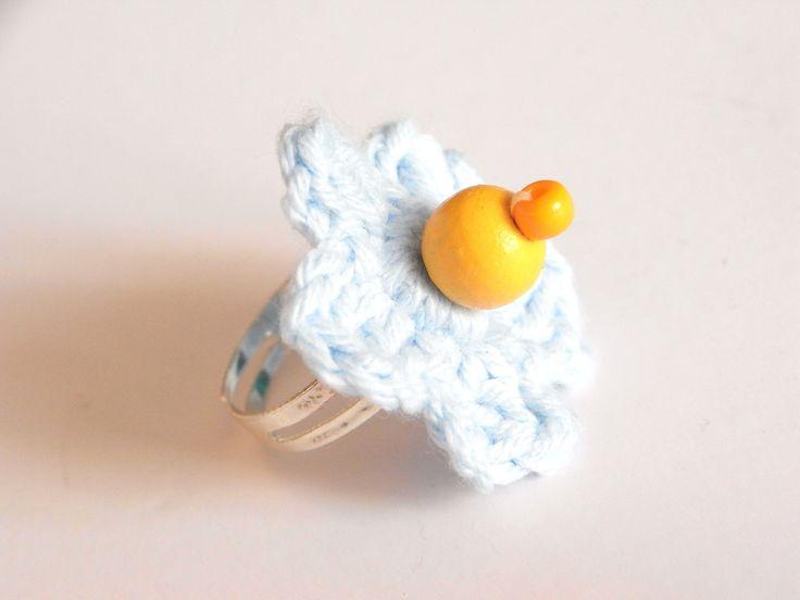 Bague enfant réglable au crochet bleu ciel et perles jaunes