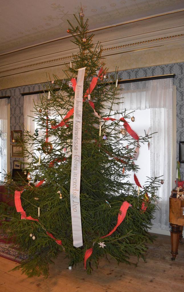 Wahlbergin musetoalon joulukuusi on koristeltu perinteisin lasisin kuusenkoristein ja Marsalkanvyöllä. #uusikaupunki #puutalokaupunginjoulu