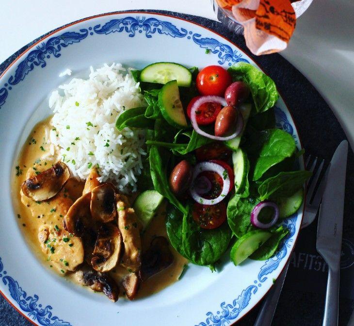 En mustig kycklinggryta som toppas med svamp och serveras med ris & sallad.