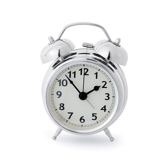 Srebrny budzik twin bell praktyczny gadżet, który przyda się w każdej sypialni.