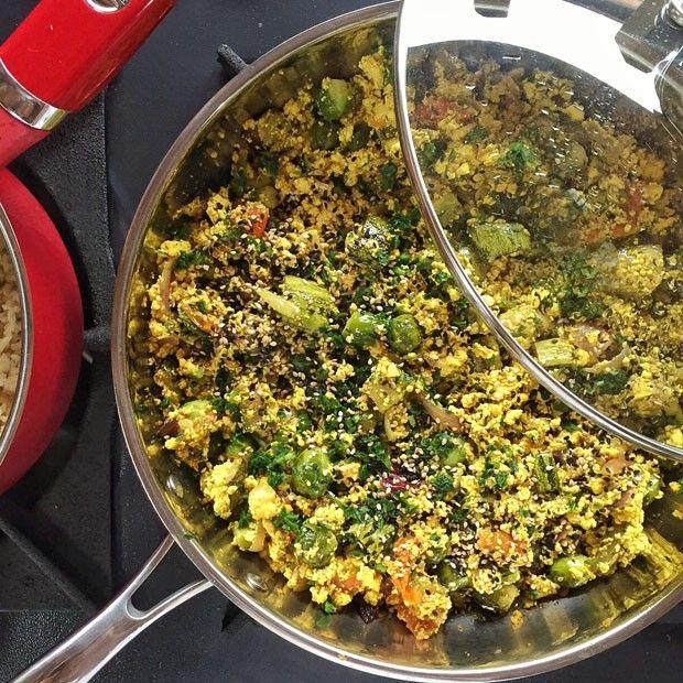 Versão vegana do ovo mexido é feito à base de tofu (Foto: Simplesmente)