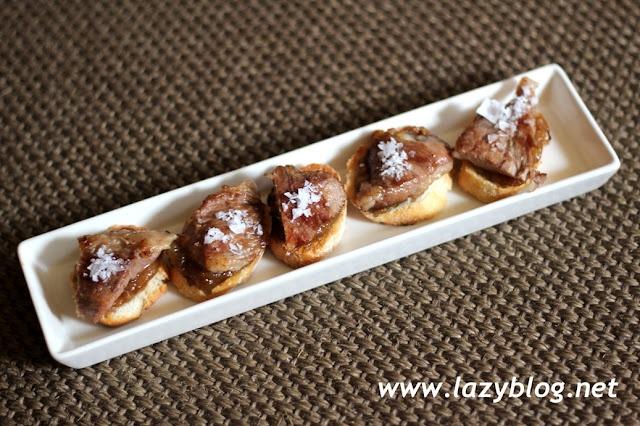 Tostas de secreto de cerdo ibérico y cebolla caramelizada / Toast of Iberian pork and caramelized onion
