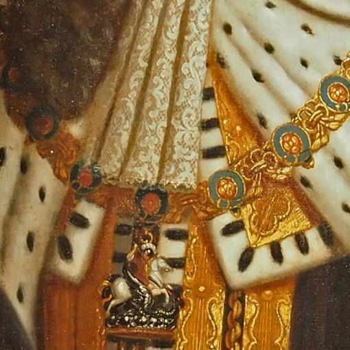 Particolari di opere 3. Scuola di Godfrey Kneller: Giorgio I. Olio su tavola del 1714-20. Museum Herzenhausen Palace. La complessa collana dell'Ordine di Dan Giorgio in oro e smalti è la massima onorificenza del paese: dalla collana pende il bassorilievo del santo con il drago, a rilievo e smalti e si appoggia sul vestito e sul mantello in oro ed ermellino: è probabilmente l'abito dell'incoronazione. Dal collo scende un bellissimo pizzo ed i boccoli del parruccone.