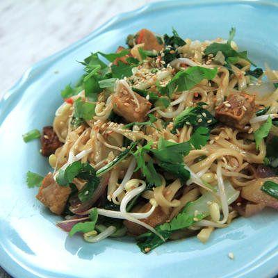 Asiatiskt - marinerad tofu med stekta nudlar och grönsaker - Recept - Stowr