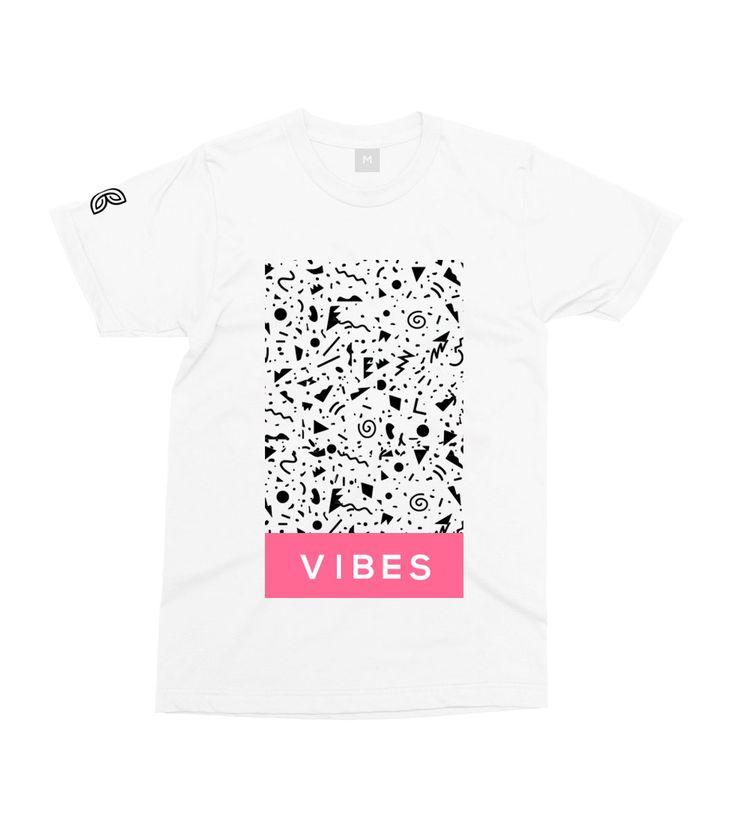 T-shirt en coton 195g/m2 Vibes Intoxicated Blanc, Noir et Rose logo papilyo sur la manche droite. - Vêtement de la marque papilyo imprimé en France.