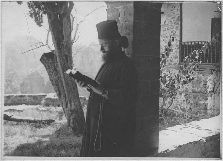Opérateur K (code armée, photographe) Grèce ; Thessalie ; Trikala ; Kalambaka; Les Français au Monastère des Météores (juin - juillet 1917). Moine lisant. Date prise vue 1917.