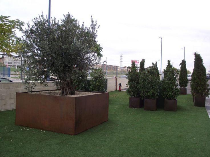 Jardinera de hierro hecha a medida por Jardines y Rincones Paisajismo para el jardín de unas oficinas