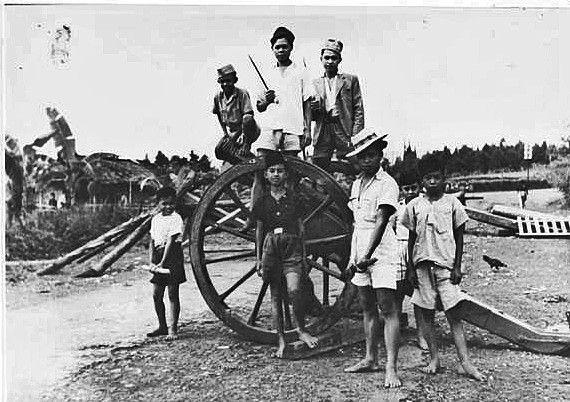 Sekelompok Pejuang Revolusi Di Jawa Dengan Meriam A Group Of Revolutionaries On Java With A Cannon Een Groepje Revolutionairen Op Revolusi Indonesia Pejuang