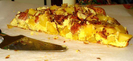 ΕΛΛΗΝΙΚΕΣ  ΣΥΝΤΑΓΕΣ: Ομελέτα φούρνου με πατάτες και λουκάνικα