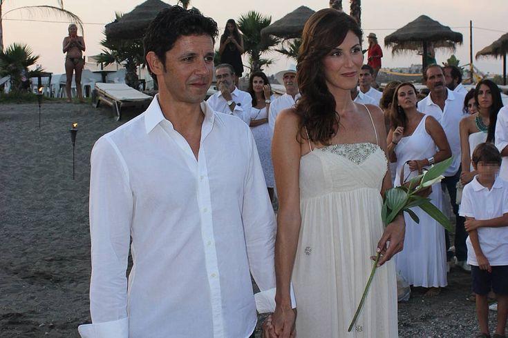 """Andrés Caparros se casa en secreto. El presentador dio el 'sí, quiero' a su novia y madre de sus dos hijos en una romántica ceremonia celebrada en la playa. Según compartió en su cuenta de Twitter, Caparrós está muy emocionado de abandonar la soltería: """"Me casé el 23. Y estoy feliz de estarlo. ¿Es normal? ¿Dura mucho?"""""""