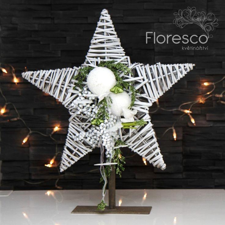 Vánoční dekorace proutěná bílá hvězda se třpytivě bílou a zelenou přízdobou, Kč 561,-