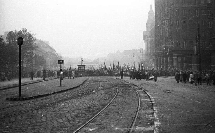 Károly (Tanács) körút a Deák Ferenc tér felé nézve. 1956. október 25-e délután, \