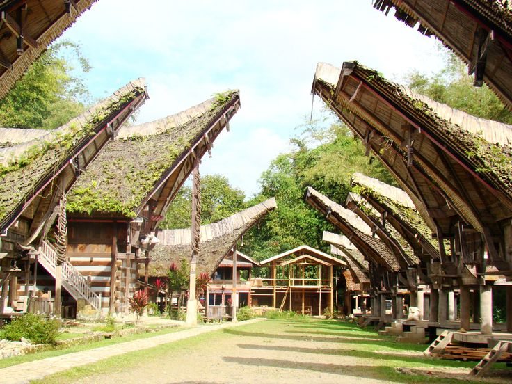 Rumah sebagai tempat tinggal memiliki fungsi dan peranan sosial bagi penghuninya. Masyarakat Toraja mengenal dua golongan rumah, yaitu Banua Tongkonan (rumah adat) dan Banua Barung-Barung... Read More http://www.infotoraja.com/mengenal-bagian-bagian-tongkonan-rumah-adat-toraja/