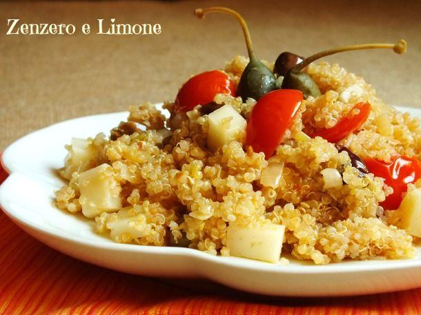 Questa insalata di quinoa con formaggio e pomodorini è piatto un po' insolito, ma davvero appetitoso che è buonissimo sia tiepido che freddo.