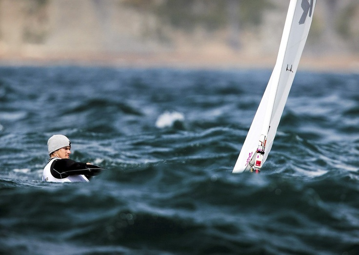 Suomen Mattias Lindfors otti mittaa aalloista Lontoon olympialaisissa. Hän sijoittui Laser-luokassa lopulta sijalle 33. Kuva: Mika Ranta / HS.   Katso koko huikea kuvakooste.