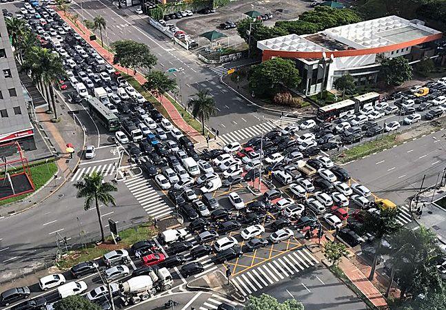 Segundo o Denatran, o Brasil contava, em 2015, com uma frota de quase 50 milhões de automóveis – sem contar ônibus, caminhões e motos. Isso dá cerca de 1 veículo para cada 4 habitantes, e há cidades em que a proporção chega a 1 para 1,8 (Curitiba) ou 1 para 2,1 (Belo Horizonte). Em várias e várias cidades brasileiras, o planejamento urbano é pensado não só para os carros que já circulam, mas para estimular as pessoas que não dirigem a ter seu próprio veículo de transporte individual. E não é…