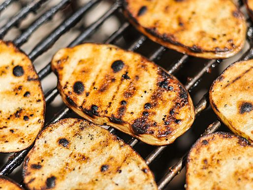 Grilled Salt and Vinegar Potatoes. It's summertime! Time for sunshine, 4th of July, and backyard grilling! Here's a tasty treat to christen the season with.: Potatoes Slices, Vinegar Potatoes, Side Dishes, Potatoes Recipe, Keys Treats, Grilled Potatoes, Salts Potatoes, Grilled Salts, Serious Eating