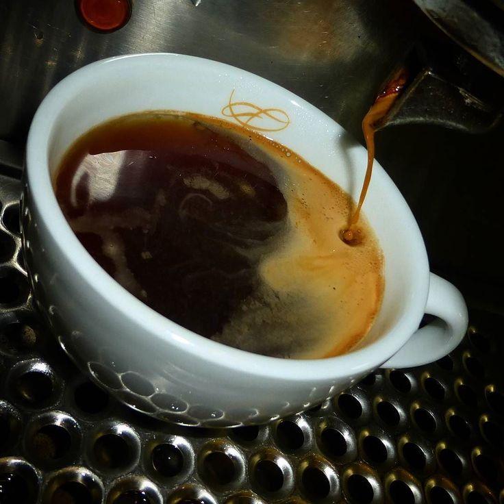 A R O M A  D I  C A F F É  . Tarde de #CoffeeBreak y un suave #Americano  para compartir. .  . #AromaDiCaffé#MomentosAroma#SaboresAroma#Café#Caracas#Tostado#Coffee#CoffeeTime#CoffeeBreak#CoffeeMoments#CoffeeAdicts#ColdBrew . Visítanos de lunes a sábado de 8:00 a.m. - 7: 00 p.m.