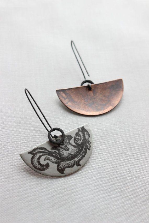 Ornamentales esmalte pendientes hechos de la libra por aforfebre