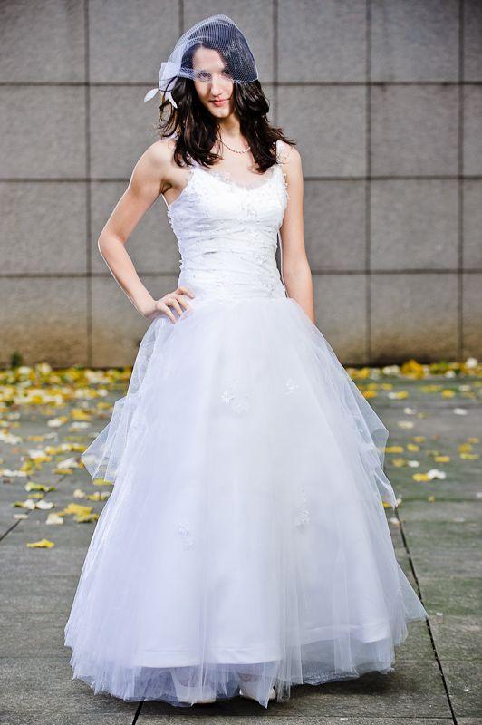 Svatební šaty Bohatá tylová sukně s krajkovými motivy, živůtek krajkový. Tenká ramínka,všitá spodnička. Tyto šaty jsou již prodány, je možné je ušít přímo na míru.