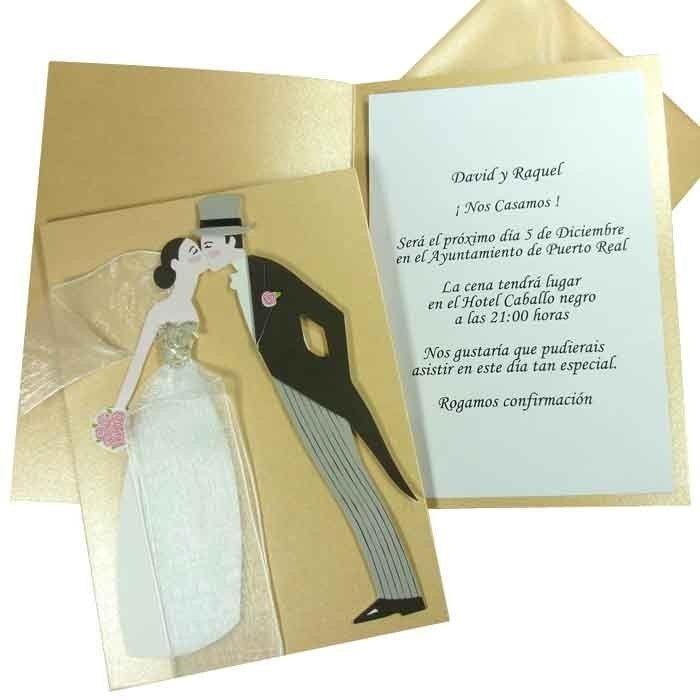 Invitación de boda de color dorado con la imagen de unos novios besándose