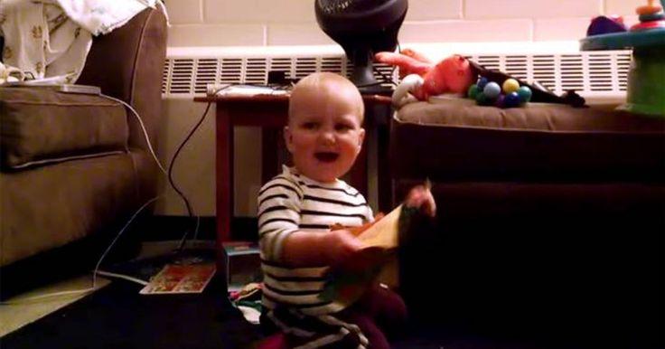 Este padre esta realmente feliz, pues nunca pensó que su regalo fuera el mejor regalo que pudiera darle a su hijo quien no puede parar de sonreír. Su hijo y su tarjeta de regalo han creado una conexión inreíble, el niño simplemente no puede dejar de sonreir y bailar, hay un momento en el que la tarjeta se cae y se cierra, él luce intrigado pero la levanta del suelo, la abre de nuevo y todo se convierte en felicidad en un instante. ¡Es hermoso! ¿Qué te parece? COMPARTE
