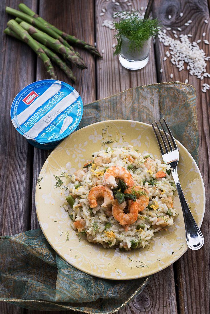 Quando arriva l'estate i risotti diventano colorati, profumati e mantecati con lo Yogurt alla Greca.  La ricetta di Pietro oggi sul blog: http://www.singerfood.com/2015/05/risotto-agli-asparagi-gamberi-e-limone_19.html  (Foto di Martina Parenzan)