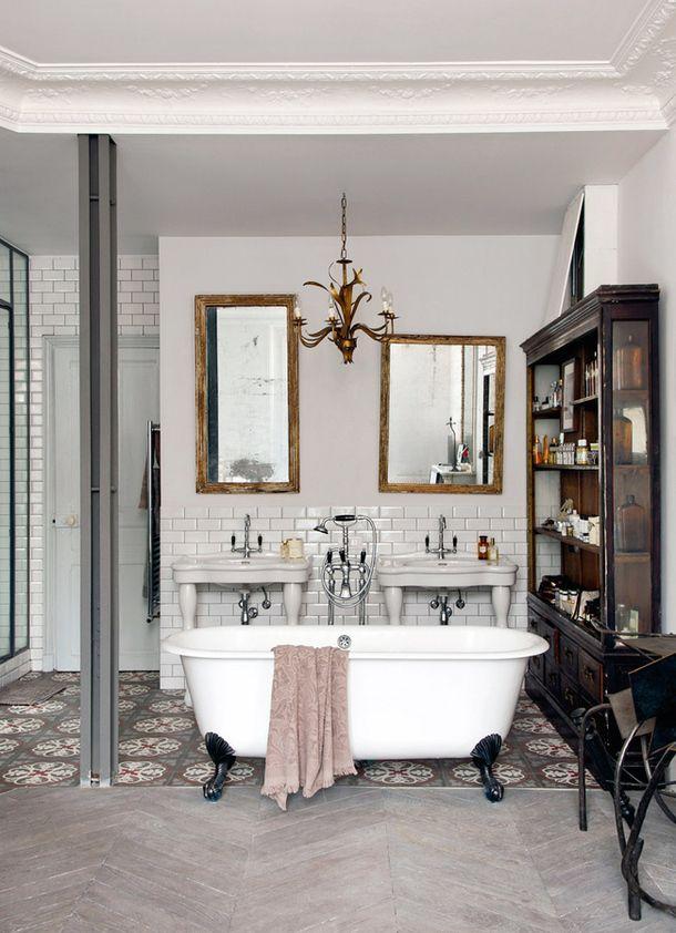 Här är ett vintage badrum som verkligen plockar in möbler och detaljer till badrummet från resten av hemmet. Underbar badrumsinspiration för vintage badrum!