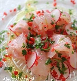 カルパッチョはイタリア料理で、元々は生の牛ヒレ肉を薄くスライスしてチーズやソースをかけたもの。魚介のお刺身を使ったカルパッチョは日本が発祥と言われています。そんなカルパッチョですが、盛りつけ方にも一工夫するとぐっとおしゃれ度がアップします。レシピとともに、盛り方もチェックしてみてくださいね! ■真鯛の梅カルパッチョ 真鯛の梅カルパッチョby ことゆりさん 15~30分 人数:2人 カリカリ梅とラデ