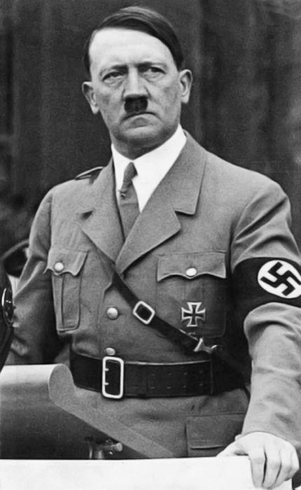 """Adolf Hitler ,"""" el Führer """", fue presidente y canciller de Alemania entre 1933 y 1945. Líder del Partido Nazi, gobernó durante el periodo conocido como Tercer Reich y fue quien dirigió a Alemania durante la Segunda Guerra Mundial, iniciada por él con el propósito principal de cumplir sus planes expansionistas en Europa. WWII"""