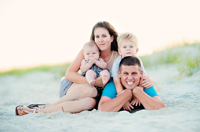 adorable beach pose by Pasha Belman -- Myrtle Beach Family Portrait Photography   # Pinterest++ for iPad #