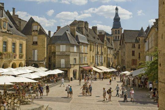 Sarlat-la-Canéda et son abbaye bénédictine : 20 villages médiévaux à l'ambiance unique - Linternaute.com Week-end. Souvenir, souvenir....