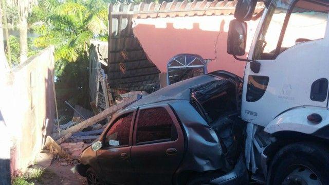 Caminhão de lixo/prefeitura/derruba casas Um carro coletor de lixo da prefeitura de Manaus perdeu o controle em uma descida da Avenida Leste, Bairro do Mauazinho, zona leste da capital, bateu em quatro carros, uma motocicleta e destruiu duas casas. As informações são da Polícia militar (PM) que acompanha o caso. O acidente ocorreu na tarde desta quarta-feira (22). De acordo com policiais da 29° Companhia Interativa Comunitária (CICOM), o veículo só parou quando bateu de frente em uma…