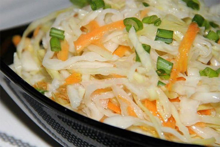 Ingrediente:      3 kg varză;    3 morcovi;    3-4 căței de usturoi;    1,5 l apă;    200 g zahăr;    3 linguri de sare;    250 g ulei;    200 g oțet 9%    Mod de preparare:      Tăiați varza fâșii subțiri. Dați morcovul