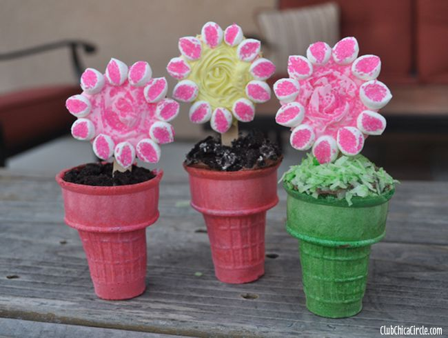 Make your own Spring Flower Cupcake Cookie Cones | Club Chica Circle - where crafty is contagious