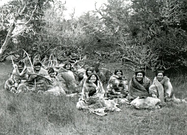 Cultura  Selk'nam - Pacheck sentado, el segundo a la derecha, junto a grupo selk´nam. Región entre Río Grande y Lago Yehuin, Isla Grande, Tierra del Fuego