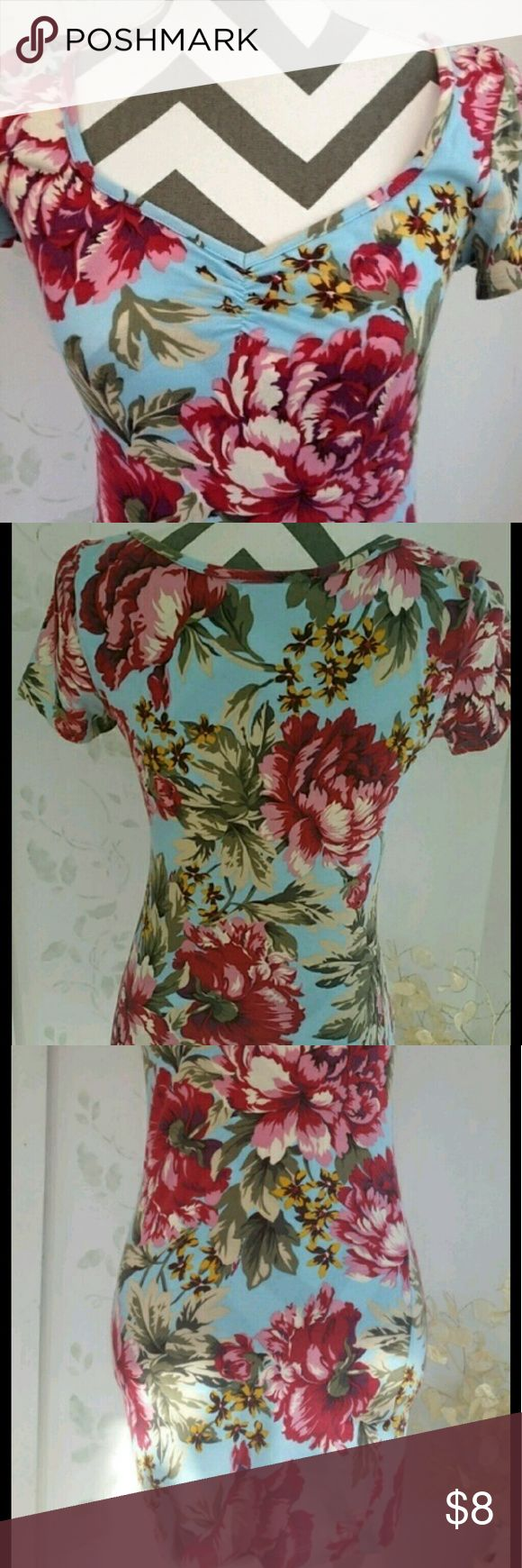 Floral Bodycon Dress forever21 bodycon style, with cute neckline. Very short and cute. Floral, short sleeves, size small. Slightly ruched in the front. No flaws. Forever 21 Dresses Mini