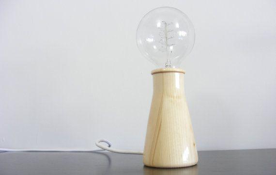 Handgefertigte Tanne Holz Tischleuchte  Solide Tanne Holz Lampe, handgefertigt in Griechenland, Jede Lampe unterscheidet sich in Maserung und Form, wir beginnen mit einer grundlegenden Idee im Kopf und dann das Holz diktiert die endgültige Form, so dass jede Lampe anders ist. Fühlen Sie sich frei für die eigentlichen Produkte Foto zu Fragen, ob Sie sicher sein wollen.  Im folgenden Video sehen Sie das Making-of dieser Tischleuchte! https://www.youtube.com/watch?v=bt47moR6BlM  Abmessungen der…