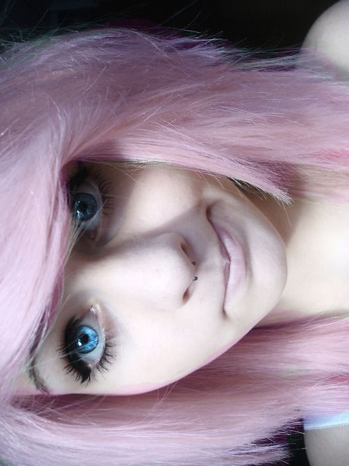 Pastel pink hair, big blue eyes, perfectly applied mascara, winged eyeliner, & a very light complexion. Cute.