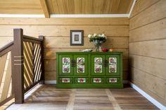 зеленый комод в интерьере дома из клееного бруса