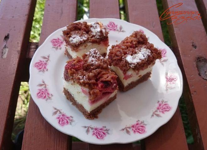 Ciasto z kaszą manną i truskawkami  Ciemne ciasto:      2 1/2 szklanki mąki     1  szklanka cukru     2 łyżki mąki ziemniaczanej     2 łyżki kakao     1 margaryna     5 żółtek     2 łyżeczki proszku do pieczenia     szczypta soli   Margarynę ucieramy z cukrem na puszystą masę i pojedynczo dodajemy żółtka. Następnie mieszamy ze sobą  sypkie składniki i dalej miksując dodajemy  po 1 łyżce do masy. Gotowe ciasto (trochę przypomina kruszonkę, ale nie trzeba już zagniatać go na gładko) dzielimy…