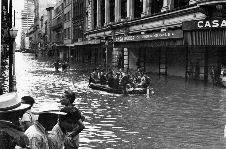 inundacion centro historico-1950   ********    La Ciudad de México ha sufrido múltiples inundaciones a lo largo de su historia, como en un intento de recuperar su antigua gloria acústica. Una de las más recordadas fue la de 1950 en que las calles del primer cuadro quedaron bajo el agua.