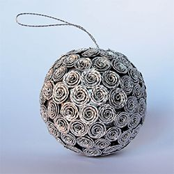 Decoration made with recycled Nespresso coffee capsules. (in Italian)