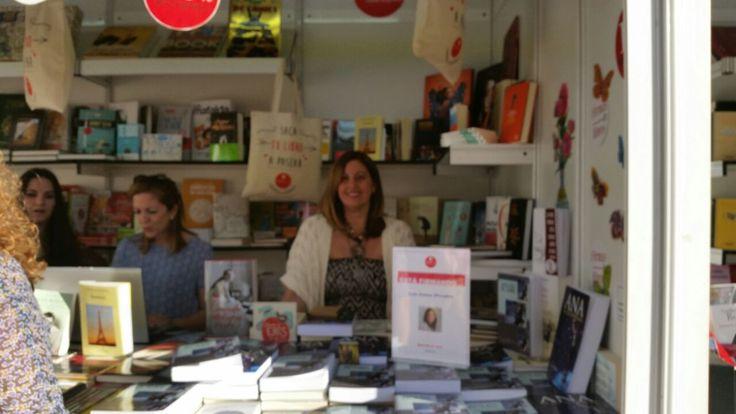 Luna Peralta en el stand de Agapea Libros Urgentes