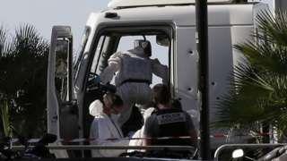 Image copyright                  AP Image caption                                      La policía retiró del camión documentación y armas.                                La policía de Francia identificó al hombre que mató a al menos 84 personas en Niza el jueves como un franco-tunecino de 31 años residente de la misma ciudad. Al hombre se le conocía por delitos menores, pero no estaba en las listas de jóvenes musulmanes radicalizado
