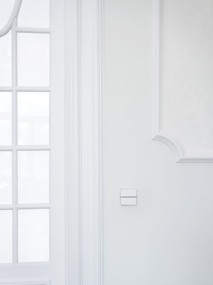 Touch-sensitive, design Enzo switch in white glass for any interior: contemporary, minimalist, classic... Controls home automation lights, shades, temperature, music ... Available in aluminium, bronze, glass, leather, nickel ... Learn more at www.basalte.be