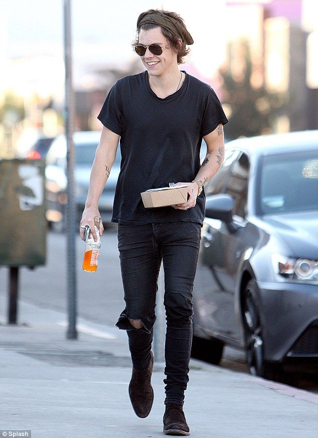   IS ONE DIRECTION HARRY STYLES DATING STYLIST ROXI NAFOUSI   http://www.boybands.co.uk