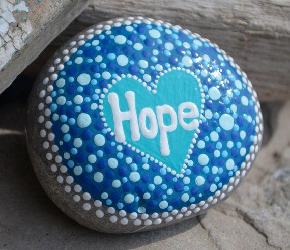 Mooie gladde strand steen geschilderd met stippen, blues & blanken, en het woord hoop. Geweldig cadeau voor iemand worstelen in het leven. Dit juweeltje meet ongeveer 3 x2.5 is ondertekend en gedateerd zijn en heeft een laag vernis te verzegelen en beschermen, Enjoy!  Niet geschikt voor kinderen